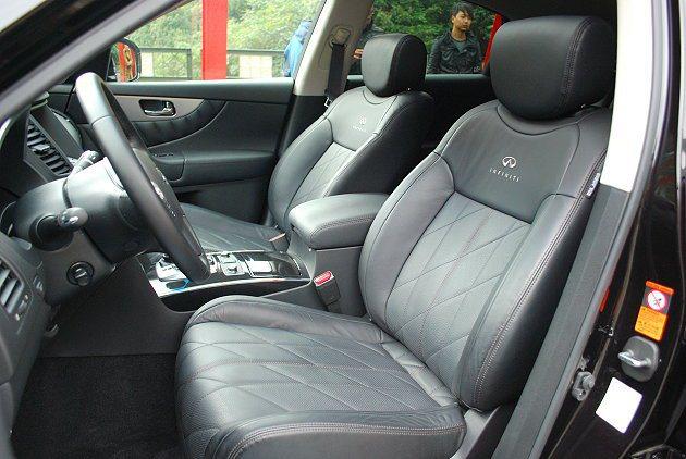 FX37座椅有格紋車縫左右包覆全力強化。 趙惠群