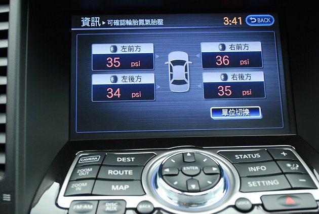FX37中控台螢幕內建DVD與導航,還有胎壓監控系統。 趙惠群