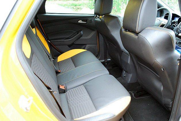 因為車頂下壓,後座頭部空間稍有壓迫感。 趙惠群