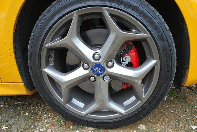跑車胎搭上18吋鋁圈,內藏紅色煞車卡鉗。 趙惠群