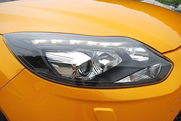 頭燈換上HID主動轉向式。 趙惠群