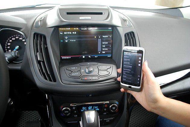 SYNC內建藍牙功能讓娛樂影音內容更豐富,並與手機界面相連,透過聲控接聽電話。 ...