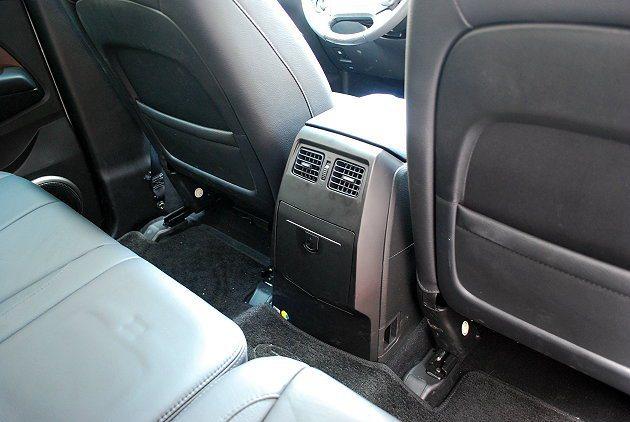 二排座位有相當寬敞的腿部空間,而二、三排都有獨立空調出風口。 記者趙惠群/攝影