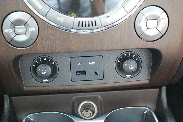 中控台下方有左右座椅加熱旋鈕,中央並有USB插槽。 記者趙惠群/攝影