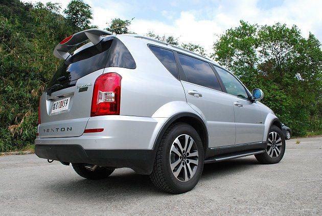 車尾設計簡俐落,大型直列複合尾燈並有立體的頂擾流尾翼和下擾流。 記者趙惠群/攝影