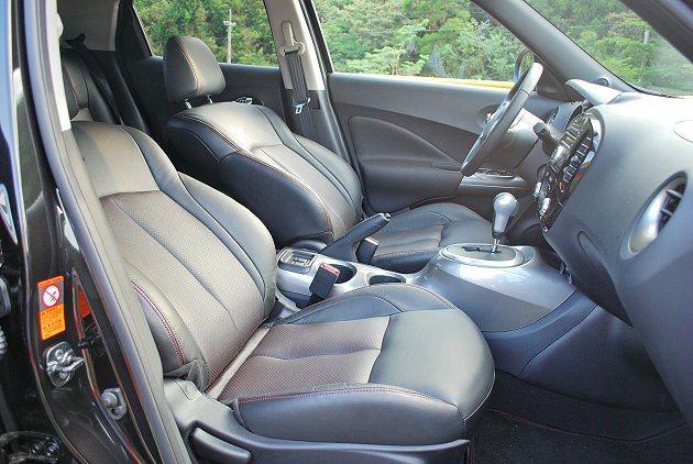 紅線滾邊的座椅,乘坐舒適感不錯。 記者趙惠群/攝影