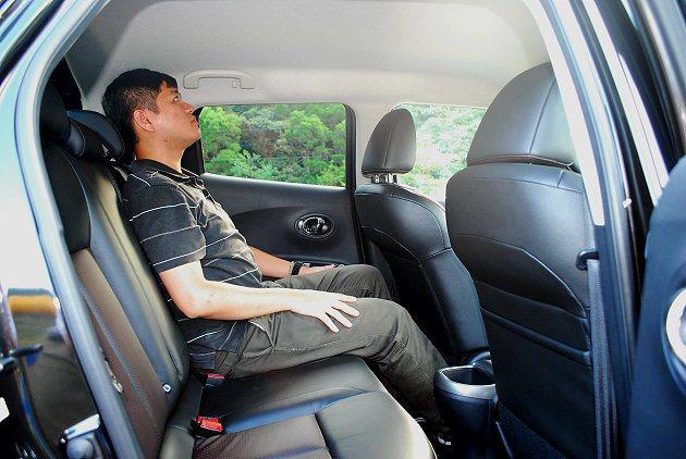 前後座腿部空間還算寬裕,唯頭部稍有壓迫感。 記者趙惠群/攝影