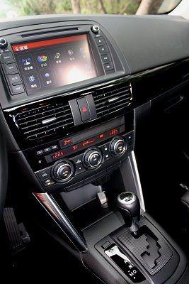 CX-5 SKYACTIV-D柴油採用六速手自排變速系統,中控台配置8吋觸控式彩色螢幕。 記者林和謙/攝影