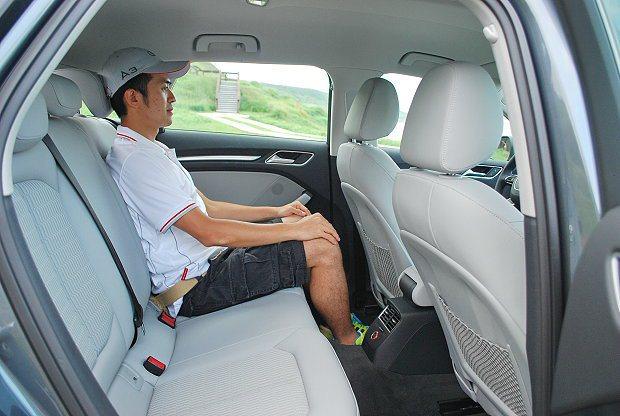 乘坐空間很足夠,頭腳都沒有壓迫感。 記者趙惠群/攝影