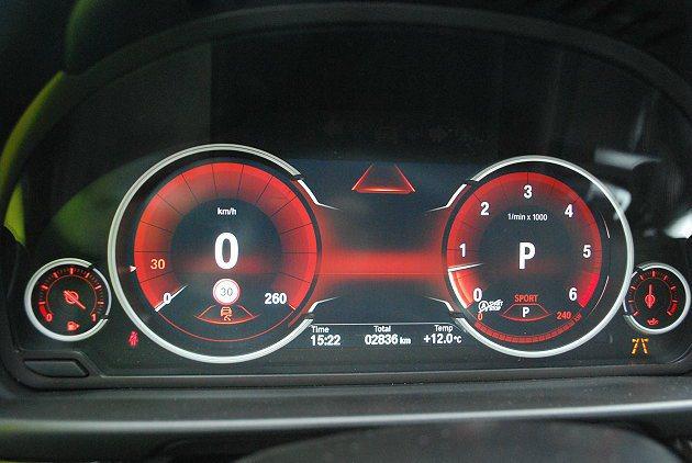 四環儀表板可顯示完整的行車相關數據。 記者趙惠群/攝影