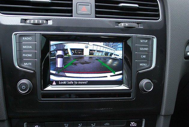 它有彩色的倒車雷達影像顯示,並有前防障礙警示。 記者趙惠群/攝影