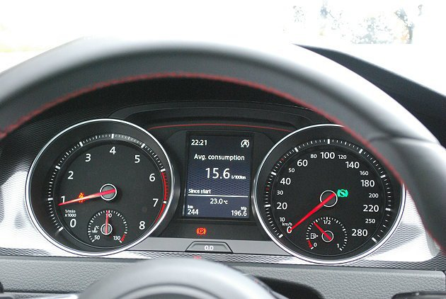 儀表外框也採用碳纖飾板,中央顯示螢幕可顯示油耗旅程。 記者趙惠群/攝影