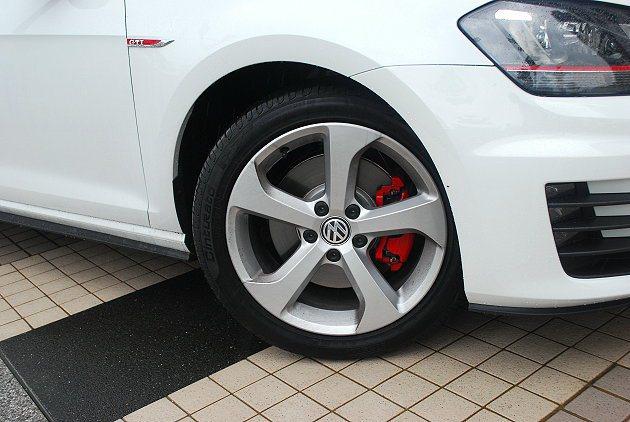 17吋輪圈內置紅色煞車卡鉗。 記者趙惠群/攝影