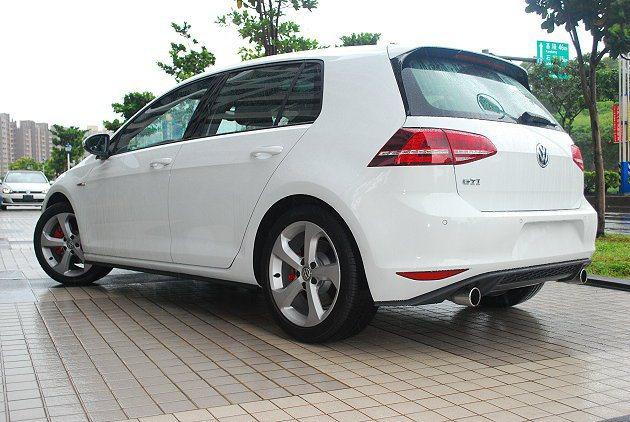 車尾設計與車頭呼應,同樣展現賽車的格調,有蜂巢式下擾流與金屬雙尾管。 記者趙惠群/攝影