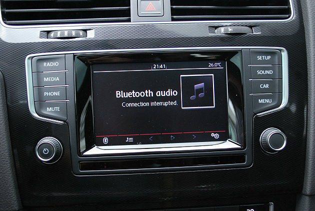 中控台大型螢幕內建多媒體系統,有藍牙無線通信廣播與行車電腦,還能透過藍牙與智慧手機相連結,播放手機的影音,擴增娛樂功能。 記者趙惠群/攝影