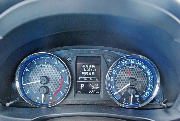 雙環儀表中央有MID多功能顯示螢幕。 記者趙惠群/攝影