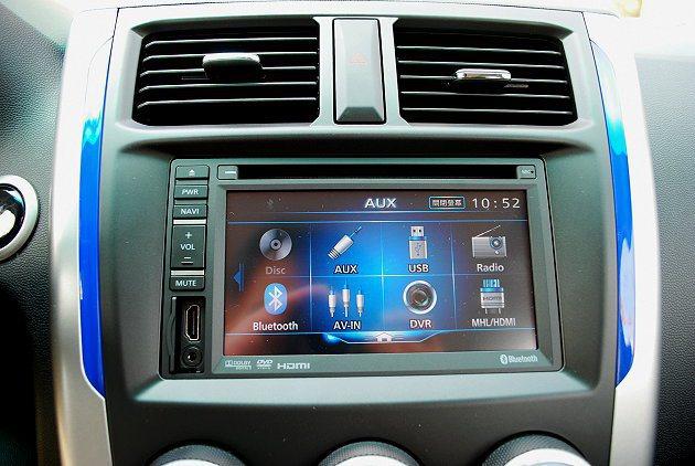 中控台內建多媒體系統整合藍牙與CD等數位娛樂功能,並有AUX-IN音源裝置和USB插孔。 記者趙惠群/攝影