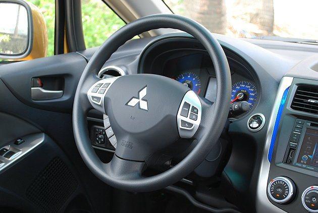 多功能方向盤整合音響與定速巡航控制按鍵。 記者趙惠群/攝影