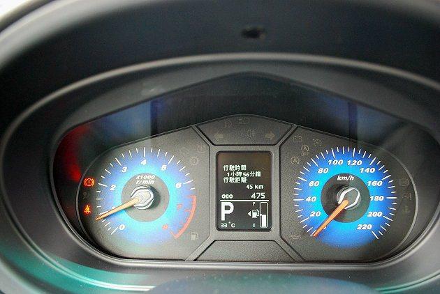 雙儀表中央設有IQ行車資訊顯示螢幕,可顯示里程和胎壓等重要行車資訊。 記者趙惠群/攝影