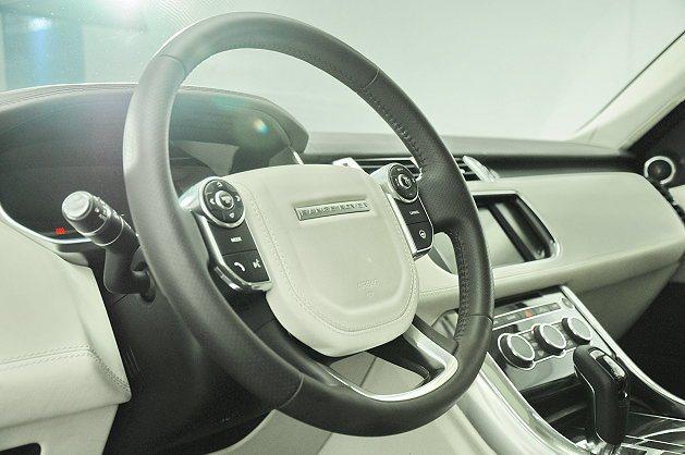 多功能方向盤左右各配置行車電腦切換鍵與影音選擇鍵。 記者趙惠群/攝影