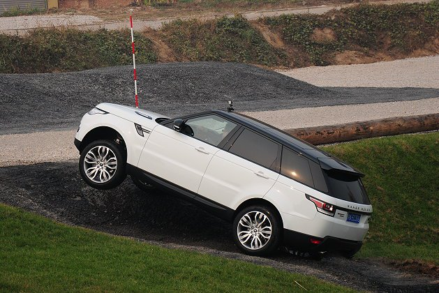 Range Rover Sport展現品牌最強的越野傳統,得以順利穿越濕地或高低...