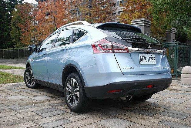 車尾構型與車頭呼應,也營造跑車般的氣息。 記者趙惠群/攝影