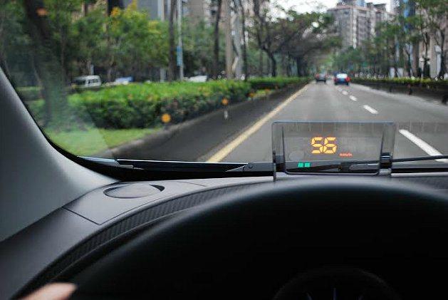 抬頭顯示器可顯示車速,綠色光點為與車前安全車距警示,過近時系統會發出警示聲。 記...