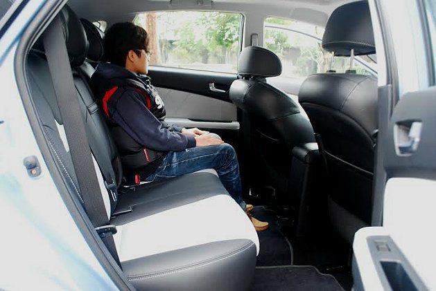 前後座腿部空間十分寬敞。 記者趙惠群/攝影