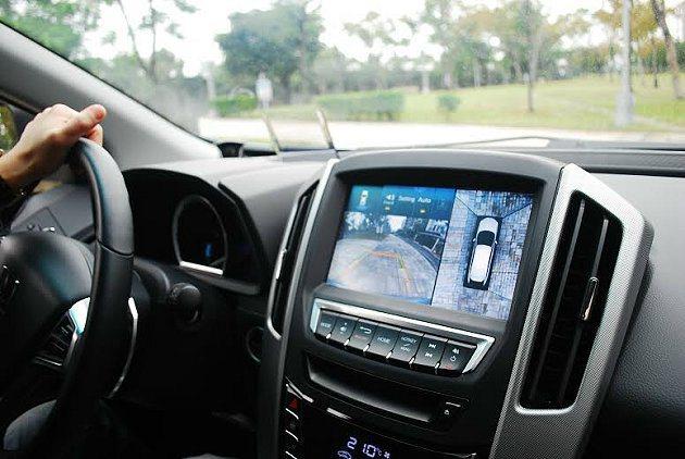 Side View隨著打方向燈會提供側面影象輔助 ,行車安全性高。 記者趙惠群/...