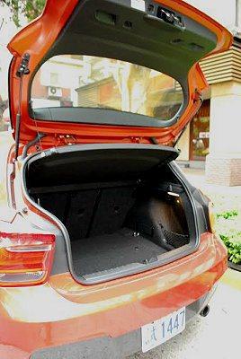 6/4分離可摺疊式後座椅,可讓行李廂空間擴增至1,200公升。 記者趙惠群/攝影