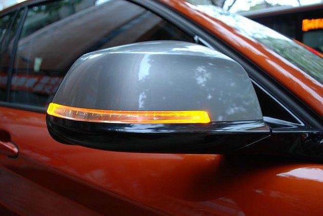 車側後視鏡有方向燈警示。 記者趙惠群/攝影