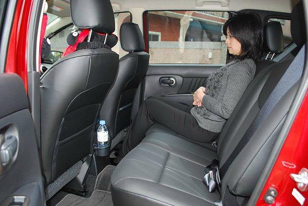 前後座腿部空間算是充裕而不會侷促。 記者趙惠群/攝影