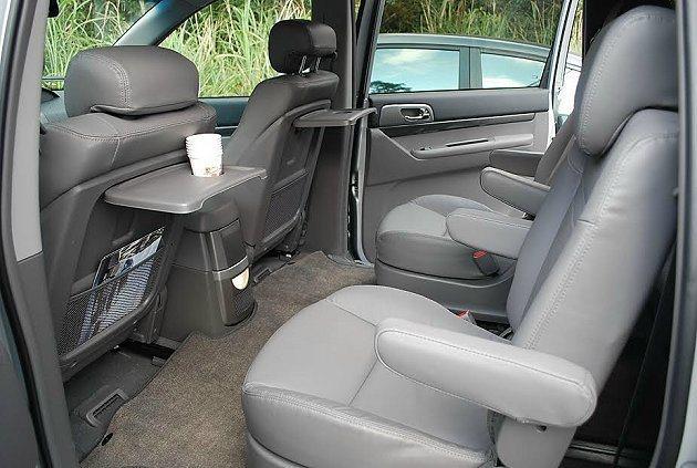Stavic二、三排座椅下有滑槽,座椅可移動調整空間,前座椅背有掛勾,並內建摺疊小桌。 記者趙惠群/攝影