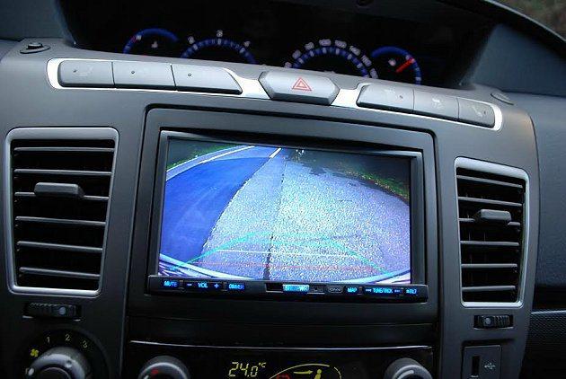 中控台內建多媒體系統,附有倒車雷達影像顯示。 記者趙惠群/攝影