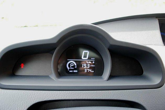 方向盤前的小圓形行車資訊顯示,方便駕駛注意。 記者趙惠群/攝影