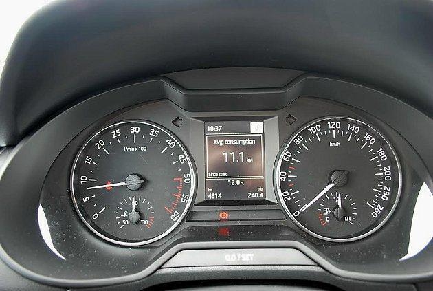 儀表中央顯示螢幕變大且能顯示完整的行車資訊。 記者趙惠群/攝影