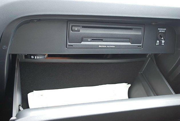 前座手套箱內有多媒體播放器內有SD插槽,手套箱有空調出風口帶來冷藏功能,並有風量調整旋鈕可控制冷度。 記者趙惠群/攝影