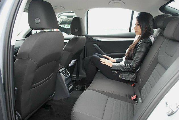 前後座腿部和頭部空間都十分寬敞,比同級車更優。 記者趙惠群/攝影