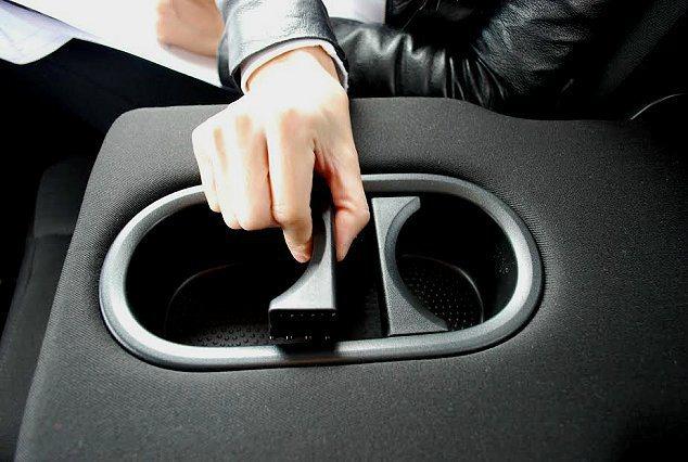 車內許多置物功能有符合品牌Simply Clever精神,設計十分心貼心實用,如後座扶手置杯架有隔板可依杯子大小前後移動調整。 記者趙惠群/攝影