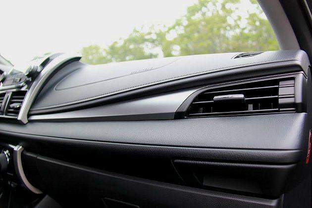 類皮革的塑料搭配霧銀的類金屬飾板,整個座艙看起來頗有歐洲車的感覺。 記者趙惠群/攝影