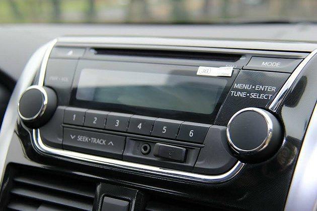中控台內建基本的影音功能,單片式CD附有AUX-IN音源功能。 記者趙惠群/攝影