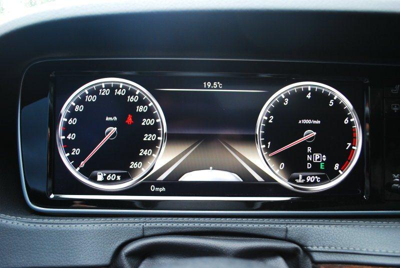 駕駛前方液晶螢幕提供雙環車速表、轉速表及行車資訊顯示 記者趙惠群/攝影
