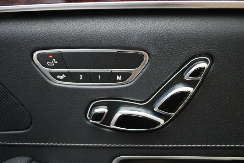每個座椅都附電動調整。圖中右後座設定鍵還可控制前座前移最多77mm,延伸空間性 ...