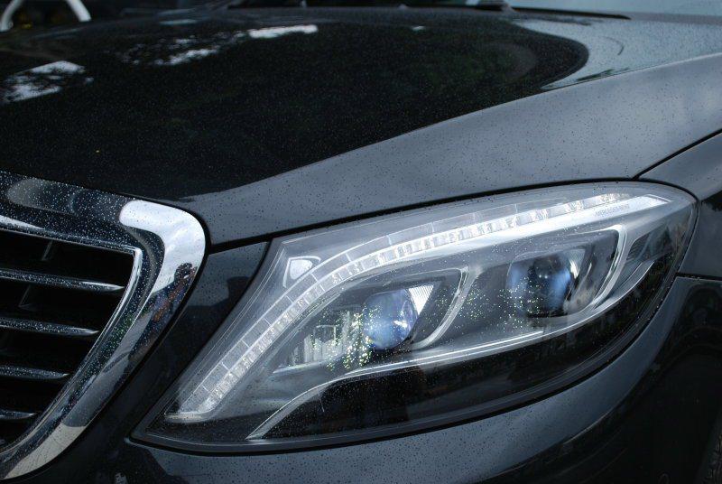 醒目智慧型LED頭燈,及日間行車燈。提供五種照明模式與主動調適遠光燈輔助功能 記...