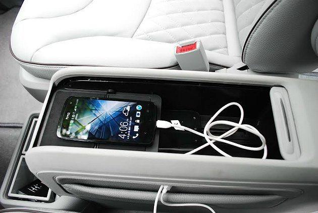 中央扶手內有USB與AUX-IN等多種數位影音裝置插槽。 記者趙惠群/攝影