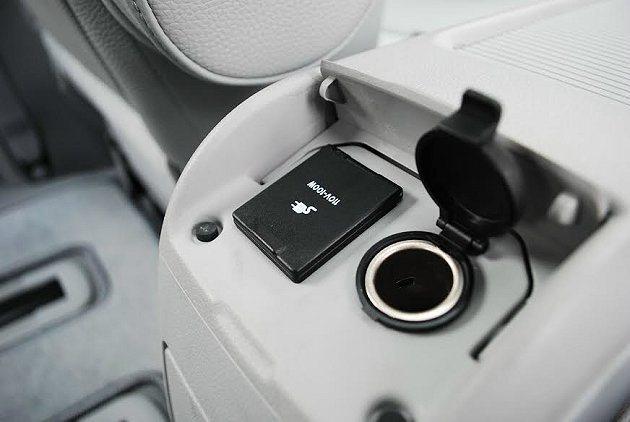 中央扶手後方有雙電源插孔,110V插孔可讓乘客使用3C產品完全不斷電。 記者趙惠...