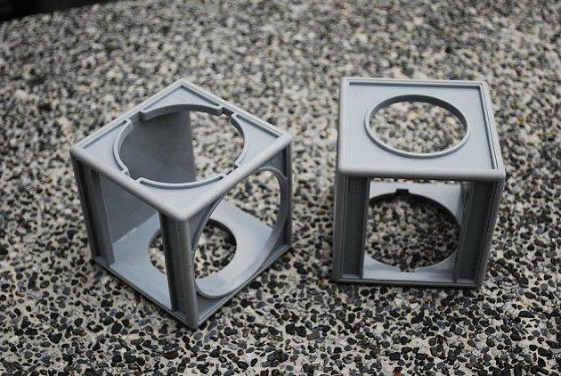 有防滑功能且有六個面不同孔洞可拆式置杯架,能符合各種不同飲料容器放置需求。 記者趙惠群/攝影