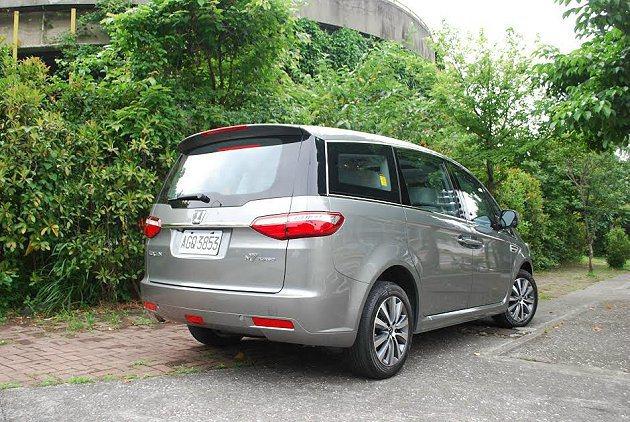 車尾變化較小,但也換上全新有LED光條的尾燈組。 記者趙惠群/攝影
