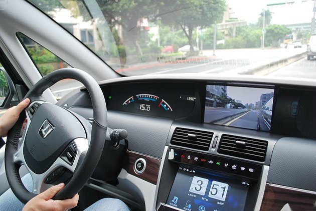 操控界面有新的布局,儀表板採自發光數位界面,空調和THINK+的功能操控,都改為...