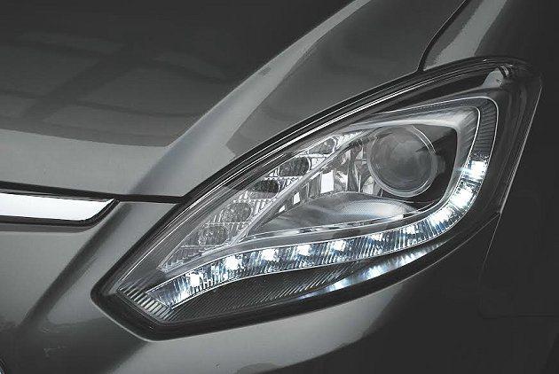 車頭燈造型也換新,並整合LED晝行燈。 記者趙惠群/攝影
